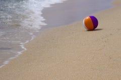 La palla sulla riva di mare Fotografia Stock Libera da Diritti