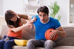 La pallacanestro di sorveglianza dell'uomo con la sua moglie fotografia stock libera da diritti