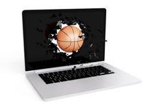 La pallacanestro distrugge il computer portatile Fotografia Stock