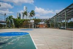 La pallacanestro ed il calcio sollecitano all'aperto con il fondo della città Fotografia Stock