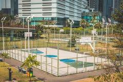 La pallacanestro ed il calcio sollecitano all'aperto con il fondo della città Fotografia Stock Libera da Diritti