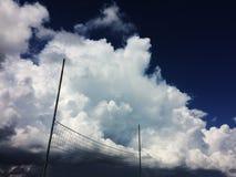 La pallavolo sulla spiaggia con le nuvole su fondo, cumuli prima del temporale Ucraina tira fotografie stock libere da diritti