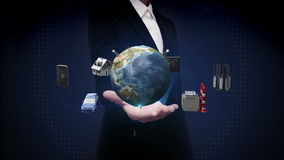 La palma abierta de la empresaria, casa elegante, fábrica elegante, edificio, coche, móvil, sensor de Internet conecta el technol libre illustration