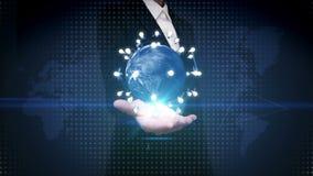 La palma abierta de la empresaria, tierra giratoria, conecta el icono del bulbo de la idea tecnología de comunicación, mapa del m