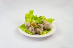 La palma da sago cotta a vapore riempita di carne di maiale tritata, anf del fagiolo ha infornato l'aglio Fotografie Stock