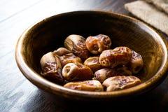La palma datilera secada da fruto o el kurma, comida ramazan del Ramadán Medjool en cuenco de madera foto de archivo libre de regalías
