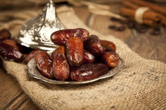La palma datilera secada da fruto o kurma, comida (ramazan) del Ramadán Foto de archivo