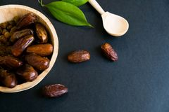 La palma datilera secada del dulce del primer da fruto o kurma, comida ramazan del Ramadán Luz natural Foco selectivo Ciérrese pa fotos de archivo libres de regalías