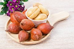 La palma de Salak, renuncia o arrastra la fruta en plato de madera imágenes de archivo libres de regalías