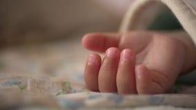 La palma de un niño durmiente almacen de metraje de vídeo