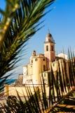 La palma enmarcó la iglesia en Camogli, cerca de Génova, Italia Imágenes de archivo libres de regalías