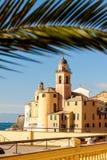 La palma enmarcó la iglesia en Camogli, cerca de Génova, Italia Fotos de archivo