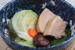 La pancia di carne di maiale della pentola a pressione del primo piano Kakuni con cavolo, la cipolla di inverno giapponese, lo sh Fotografia Stock Libera da Diritti