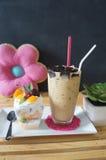 La panna cotta del caffè e della frutta di ghiaccio fotografia stock
