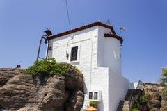 La panoramica di prospettiva di bianco vicino della muratura del mare ha dipinto la costruzione in Lemonas a Lesvos fotografie stock