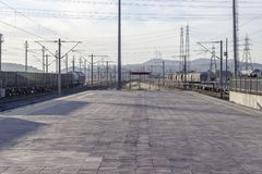 La panoramica di prospettiva di gestione ferroviaria vuota buildingOpen la panoramica anteriore della linea ferroviaria vuota in  fotografia stock libera da diritti