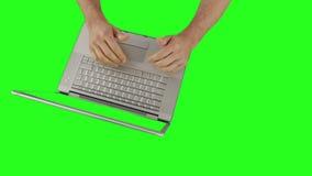 La panoramica di uomo le mani facendo uso di un computer portatile archivi video