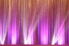 La pantalla de plata de la cortina cubre la onda y el haz luminoso foto de archivo libre de regalías