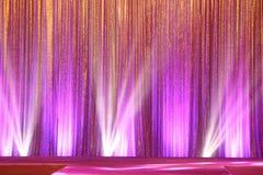 La pantalla de plata de la cortina cubre la onda y el haz luminoso imagen de archivo libre de regalías