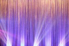 La pantalla de plata de la cortina cubre la onda y el haz luminoso fotografía de archivo libre de regalías