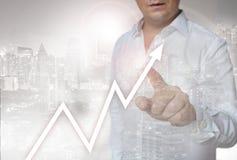 La pantalla táctil del mercado de acción es actuada por el hombre Fotografía de archivo
