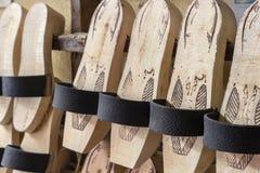 La pantoufle en bois traditionnelle en gros plan de perspective horizontale a tiré à Izmir en Turquie photos libres de droits