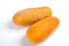 La papaia arancione ha buccia su una priorità bassa bianca Immagini Stock Libere da Diritti