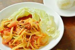 La papaya verde picante tailandesa del tum del som con la ensalada conservada en vinagre del mejillón come el arroz pegajoso de l Imagenes de archivo