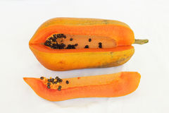 La papaye coupée en tranches a isolé et coupe dans des morceaux Photos libres de droits