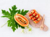 La papaye et la tranche fraîches de papaye avec la papaye poussent des feuilles Photos stock