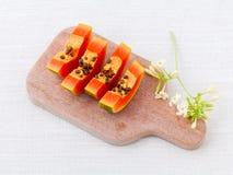 La papaye et la tranche fraîches de papaye avec la papaye poussent des feuilles Image libre de droits