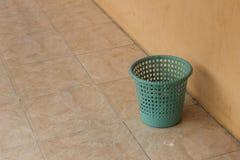 La Papelera de reciclaje verde Foto de archivo