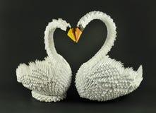 La papiroflexia blanca hermosa de los cisnes en amor, empapela hecho Foto de archivo