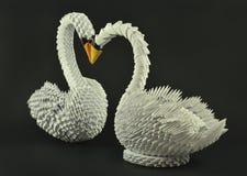 La papiroflexia blanca hermosa del cisne, empapela hecho Fotografía de archivo