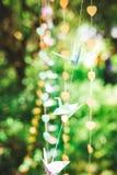 La papiroflexia crane, los pájaros de papel en fondo del bokeh Fotos de archivo