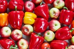 La paprika, fruta cítrica, manzana, limón, tomate se llena en una lona Fotos de archivo