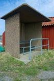 La parada de autobús en el extremo del camino foto de archivo libre de regalías