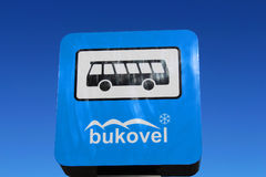La parada de autobús firma adentro el centro turístico de Bukovel en Ucrania Fotos de archivo libres de regalías