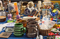La parada del mercado de pulgas con las mercancías caseras y la cerámica asaltan Imagen de archivo libre de regalías