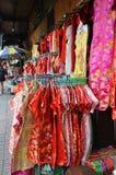 La parada vende la ropa china del Año Nuevo en la calle Imágenes de archivo libres de regalías