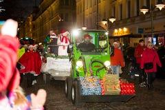 La parata annuale tradizionale di Santa Claus all'apertura delle feste di Natale fotografie stock libere da diritti