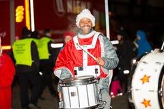 La parata annuale tradizionale di Santa Claus all'apertura delle feste di Natale fotografia stock libera da diritti