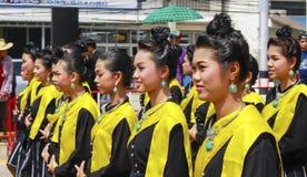 La parata dei costumi nazionali delle giovani donne alla parata di lume di candela Fotografia Stock Libera da Diritti
