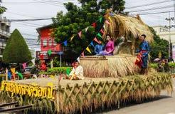 La parata dei costumi nazionali delle giovani donne alla parata di lume di candela Fotografia Stock