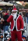La parata di Santa Clauses sui motocicli intorno Immagine Stock Libera da Diritti