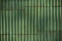 La pared acanalada verde multitono con las costuras y los pernos añaden el intere Imagenes de archivo