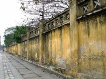 La pared amarilla de una fábrica que teje de seda imagen de archivo libre de regalías