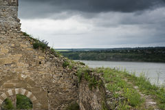 La pared antigua y una torre de un Khotyn se escudan Foto de archivo libre de regalías