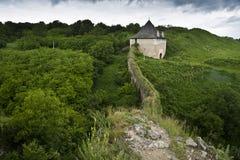 La pared antigua y una torre de un Khotyn se escudan Fotografía de archivo