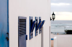 La pared blanca con las ventanas entornadas de la marina de guerra - Lanzarote, islas canarias Foto de archivo libre de regalías